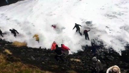 Ola gigante se lleva a turistas en Islandia