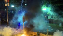 """Manifestantes atrincherados en campus de Hong Kong, la policía amenaza con """"balas reales"""""""