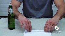 Il nous montre une astuce pour ouvrir une bière... avec une feuille de papier !!