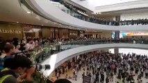 """Quận Central ( Trung tâm ), Hong Kong ~13h30 ngày 21/11/2019 (GMT+8): Tranh thủ giờ nghỉ trưa, rất nhiều nhân viên văn phòng tập trung bên trong IFC Mall cùng hát bài """"quốc ca"""" Vinh quang Hong Kong 願榮光歸香港 Glory to Hong Kong ( Nhạc đấu tranh của phong trào"""