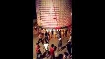 Ils lancent une géante lanterne remplie de feux d'artifice qui s'écrase au sol, entraînant un incendie...