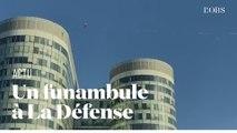 Un funambule entre deux immeubles de La Défense