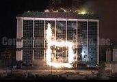 La destruction géniale d'un vieil hôtel avec des feux d'artifice