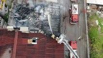Sultangazi'de çıkan yangında evin çatısı küle döndü