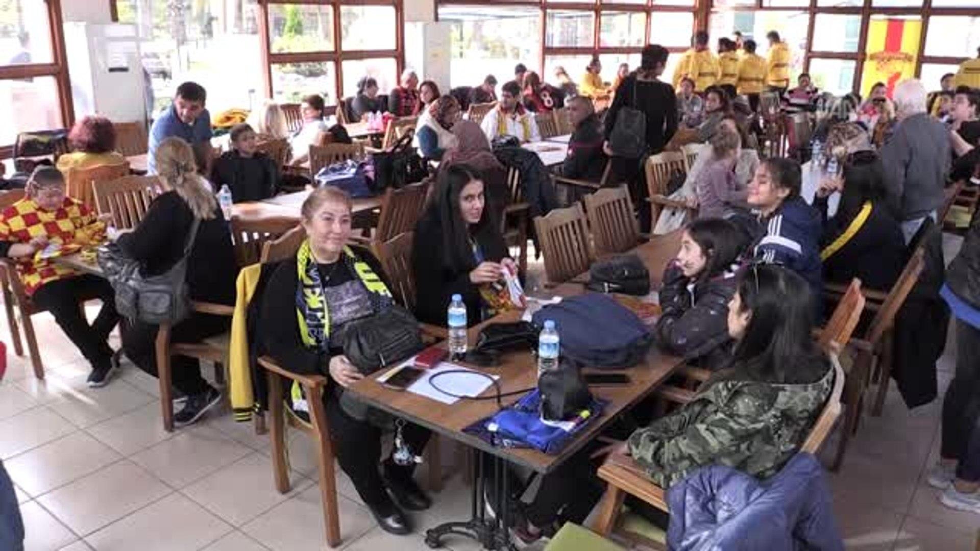 Fenerbahçe ve Göztepeli kadın taraftarlardan