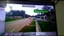 Mulher morre após carro partir ao meio ao bater em poste em São José dos Pinhais