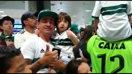 Torcida do Coritiba recebeu os jogadores no Aeroporto Afonso Pena