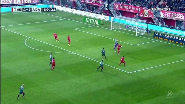 L'Ajax profite d'un énorme cafouillage de Twente pour marquer un but gag