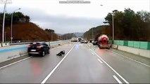 Verglas : il échappe miraculeusement à 3 voitures qui glissent sur l'autoroute !