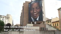 Un artiste peint une portrait mural géant de Nelson Mandela à Florence
