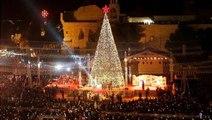 شاهد: لحظة إضاءة شجرة الميلاد في بيت لحم إيذاناً بانطلاق موسم الأعياد