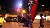 Park halindeki araçlara çarpıp ters döndü: 2 yaralı