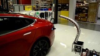 VÍDEO: Parece ciencia ficción, un brazo que carga automáticamente el Tesla Model S