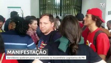 Servidores quebram porta em protesto na Assembleia Legislativa do PR