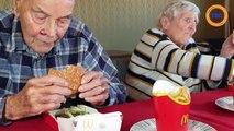 À 99 ans, il goûte un hamburger de chez McDo pour la première fois