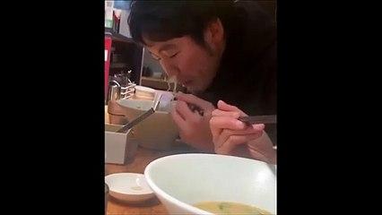 Il mange ses nouilles... par le nez