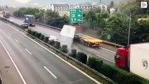 Un coche se salva de ser aplastado por un contenedor que cae de un camión