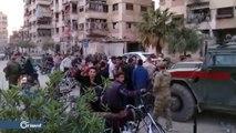 مدنيون يمزقون صورة لبشار الأسد في إحدى المدارس بمدينة دوما