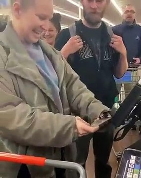 Mujer dijo que ganó la lotería, pagó la cuenta de varias personas enWalmart y resultó ser Sia
