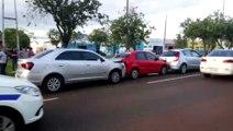 Três carros se envolvem em colisão na Avenida Tancredo Neves
