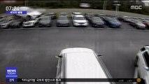 [이 시각 세계] 자동차, 40m 날아서 착지…중고차 판매점으로