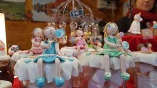 Au marché de Noël de Thann, Marilyn Sénéchal propose des figurines faites main en porcelaine froide.