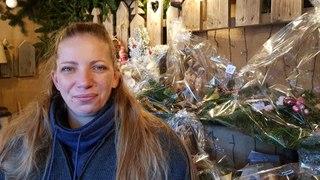 Au marché de Noël de Thann, Cindy Poirot, productrice et vendeuse de sapins, donne ses petits trucs pour conserver leur fraîcheur aux arbres de Noël