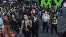 Mujeres en México queman bandera y exigen respeto tras parodia de futbolistas