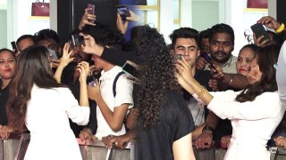 Jhanvi Kapoor takes cute selfie with fans at Benetton Fragranc event | FilmiBeat