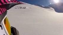 Il échappe à une avalanche en courant dans la neige !