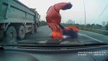La bâche d'un camion recouvre son pare-brise sur l'autoroute
