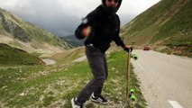 Descente d'une montagne en skateboard à FOND sur la route !