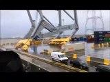 Poussé par le vent ce navire détruit une grue à conotaineurs sur le port