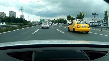 Ce conducteur roule à toute vitesse en plein traffic et prend beaucoup de risques