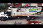 Ce camion poubelle avance sans chauffeur... éboueurs mexicains un peu fous