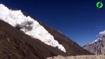 Il filme une avalanche impressionnante qui dévale une montagne en Afghanistan