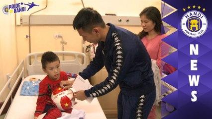 Hùng Dũng và đại diện tập đoàn T&T trao quà cho bệnh nhân có hoàn cảnh khó khăn tại BV Việt Đức