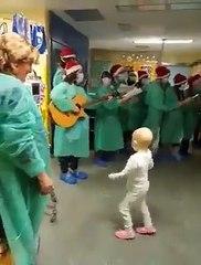 La joie d'un enfant hospitalisé quand il entend un chant de Noël