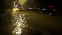 Silivri'de dev dalgalar yolları su altında bıraktı