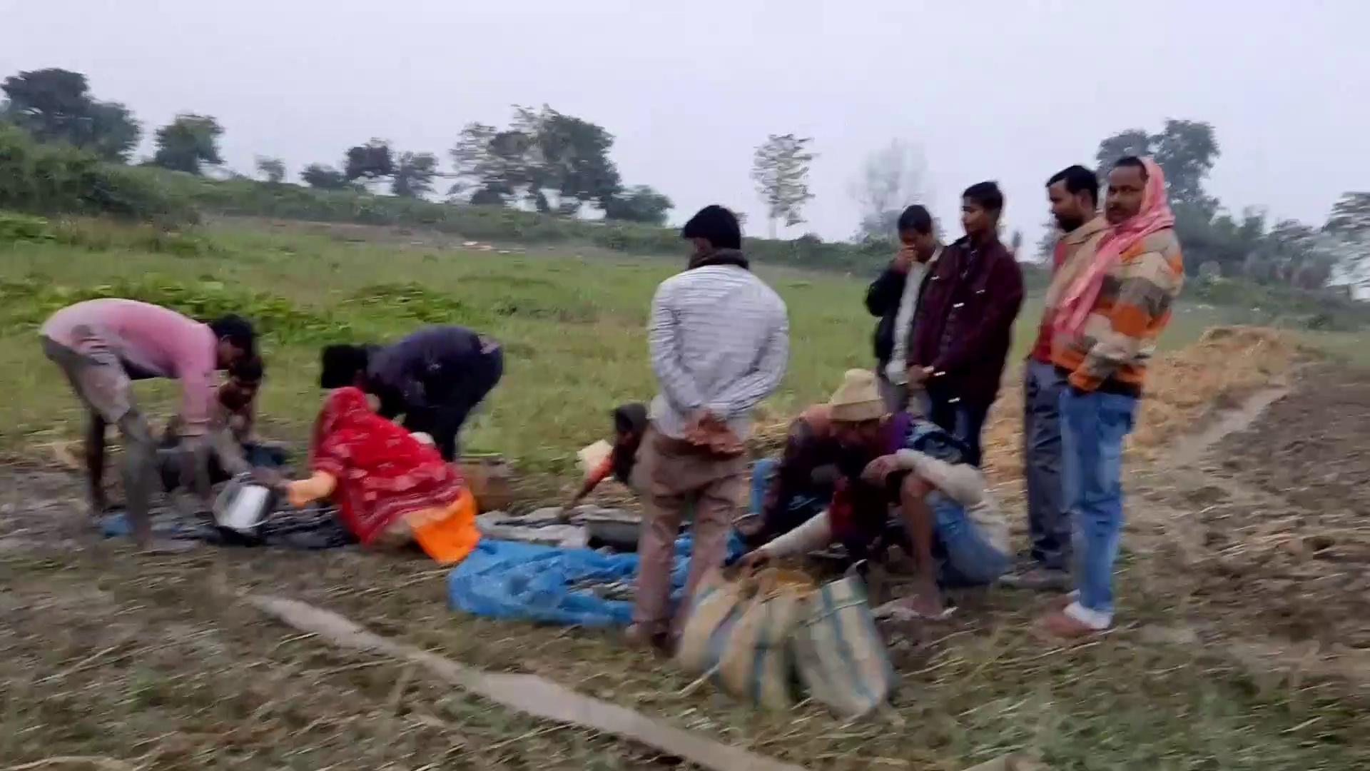 मछली पकड़ने का देसी स्टाइल? | How to pick fish from mud? | Fish Farming in Village | Mud Fish Farming