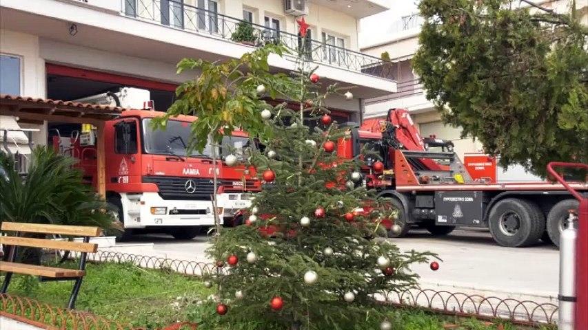 Χριστούγεννα στο καθήκον για τους πυροσβέστες και τους διασώστες του ΕΚΑΒ Λαμίας