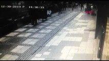 Avcılar'da cam parçasının yayanın üzerine düşme anı kamerada