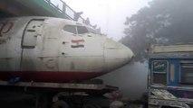 Inde: Un avion bloqué sous un pont !