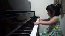 Découvrez le talent de cette petite fille de 3 ans qui joue très bien au piano.