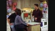 Friends: 17 ans plus tard, Emma, la fille de Ross et Rachel, répond avec humour à la blague de Chandler - VIDEO