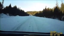 Sur une route enneigée, une voiture arrive en contre-sens !
