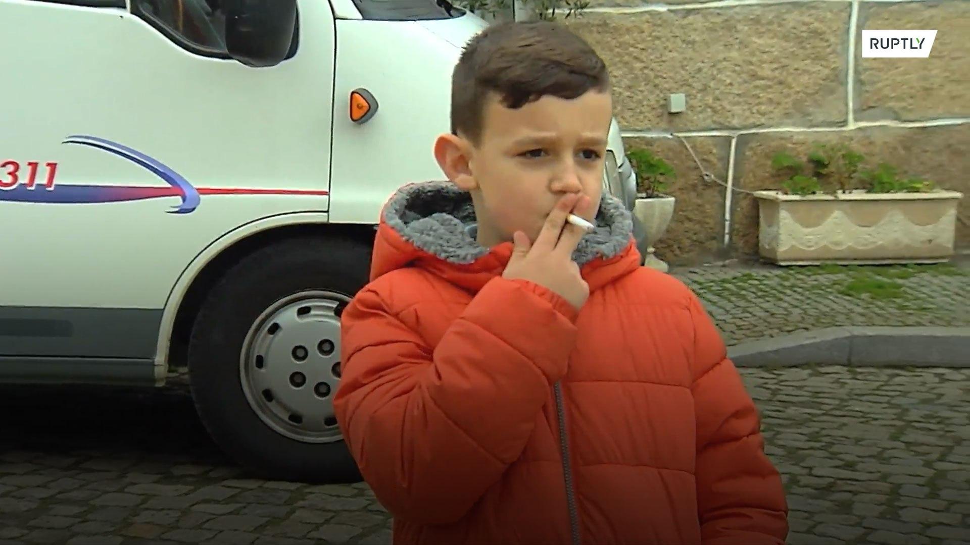 Pais incentivam seus filhos a fumar durante a celebração da epifania em cidade portuguesa
