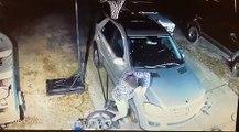 Doigts coincés sous le capot d'une voiture