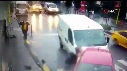 Çarpışmadan saniyeler önce arabadan inen bir kadın ölümden son anda kurtuldu