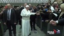 Papa bu sefer temkinli davrandı: Isırmayacaksan öptürürüm